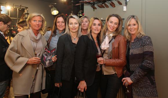 25. Corinne Paris (Assurances Paris-Gerbaud) entourée des copines, Sylvie (Sylvie G.), Rebecca (IKKS), Marie, Stéphanie (Brice Robert Arthur-Loyd), Isabelle (Canal Rééducation) et Catherine (CGPME)