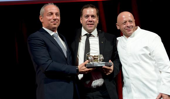 55. Trophée du Chef de l'année remis par Pascal Pozzoli, directeur régional centre Est Renault  et Thierry Marx à Arnaud Lallement (Assiette Champenoise)