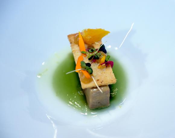 66. L'entrée, réalisée par le chef Jérémy Galvan. Fraicheur de foie gras, verveine & agrumes