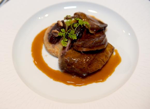 68. La viande, réalisée par le chef Julien Gautier. Pigeon rôti, cuisse braise, foie gras poêlé, céleri confit au jus