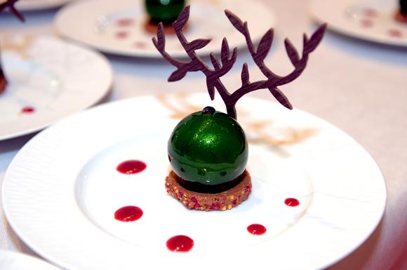 69. L'Olivier, dessert, réalisé par le chef pâtissier Sébastien Bouillet. Mousse au chocolat parfumée à l'huile d'olive, coulis Muroise, croustillant framboise
