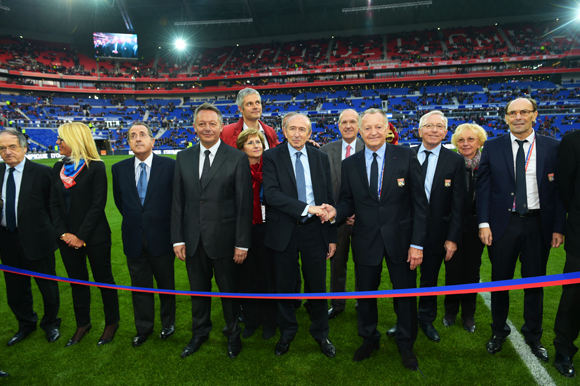 10. Les officiels s'apprêtent à inaugurer le stade des Lumières