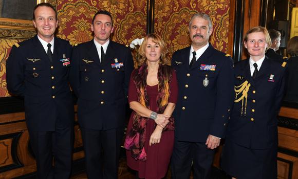 35. Le général Jean-Jacques Borel, commandant la défense aérienne, son épouse Cécile et ses collaborateurs