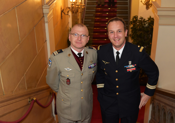 9. Le médecin en chef Benoît et le lieutenant-colonel Julien