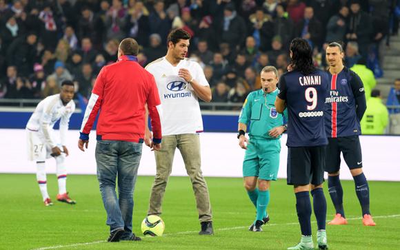 41. Le coup d'envoi du match par Florent Manaudou