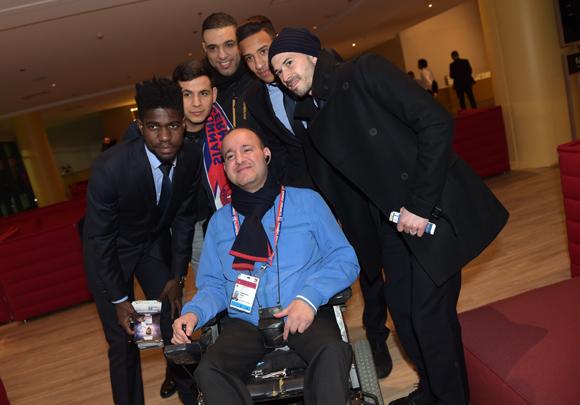 47. Kamel Merrouche bien entouré avec les joueurs de l'OL