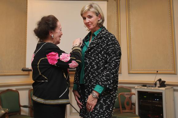 27.  Simone André, ancien adjointe au maire de Lyon remet les insignes de chevalier dans l'ordre national du Mérite à Sophie