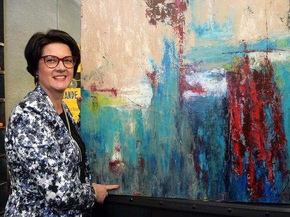11. L'artiste peintre Fanny Grandjean et une de ses toiles
