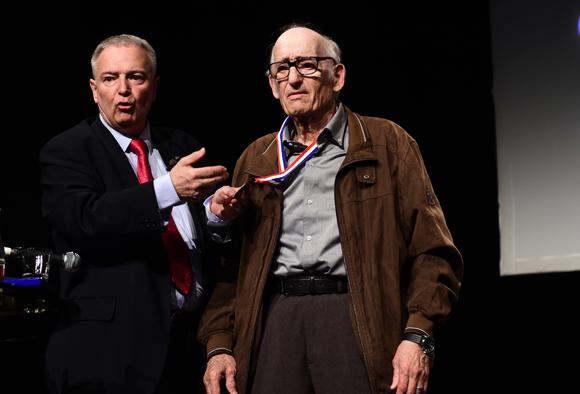 14. Mario reçoit la médaille de la ville pour ses 65 ans de reportages photos