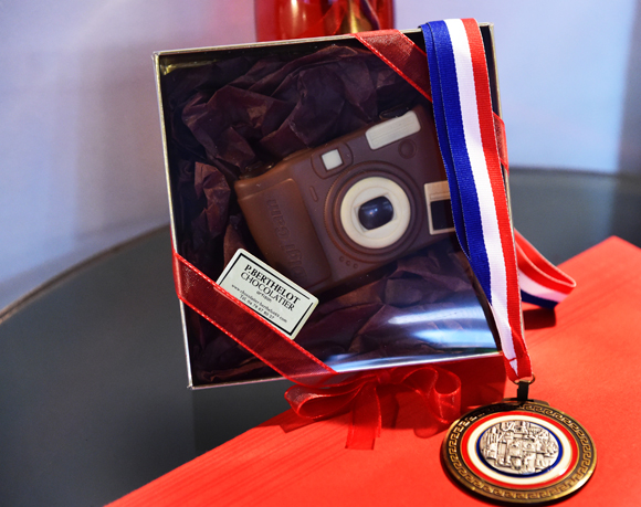 2. L'appareil de Mario et sa médaille en chocolat