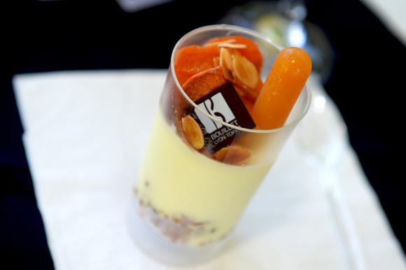 22b. Son dessert : Mousse chocolat blanc, huile d'olive, croustillant fruit sec abricot rôti