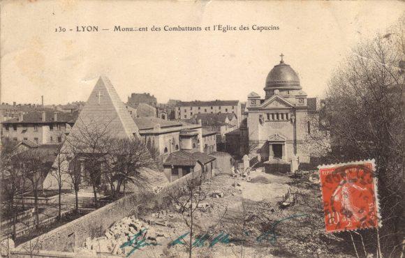 Les chapelles des martyrs de la Révolution, rue de Créqui. La petite pyramide a été remontée à l'identique au cimetière de Loyasse