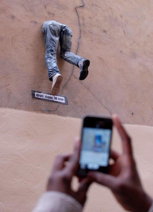 Droit dans le mur. Disparaître pour être vu