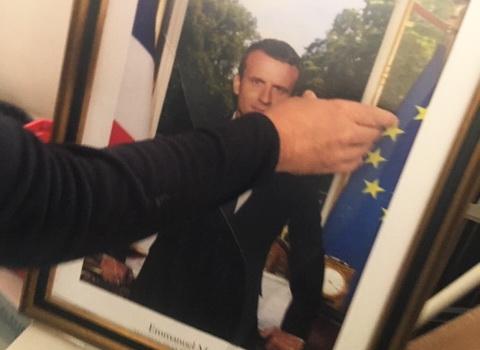 Tentative de hold-up à la Mairie du 6. Le portrait de Macron en 1000 morceaux