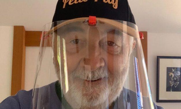 Lyon coronavirus. Avec ses casquettes à visières, Jérôme Carrillon allie mode et santé