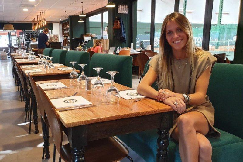 """""""Avantage"""" au Tennis Club de Lyon. Paula Betoule monte au filet"""